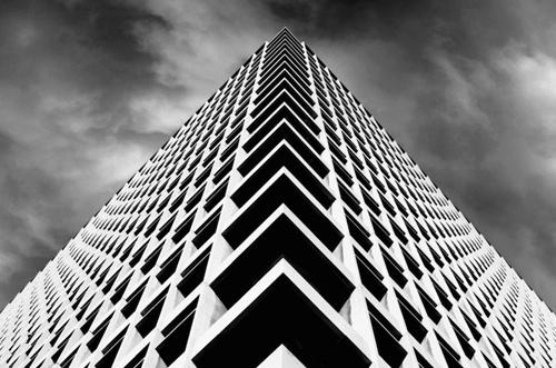 Symmetrisch/asymmetrisch: Symmetrie heb je als een beeld gespiegeld word, of als het lijkt dat het gespiegeld is. Bij asymmetrie zit er geen gelijknamige vorm in de afbeelding. De foto hierna beeld symmetrie uit.