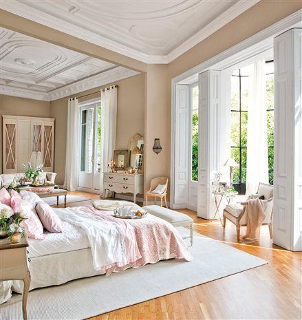 Maderas blancas, detalles de cristal y telas naturales en tonos delicados envuelven este dormitorio con una pátina de romanticismo!