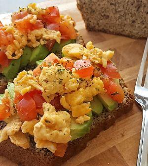 Avocado en ei ontbijt