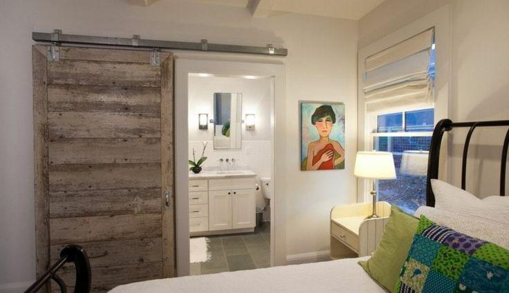porte coulissante rustique en bois en tant qu'un paravent entre la chambre à coucher et la salle de bains