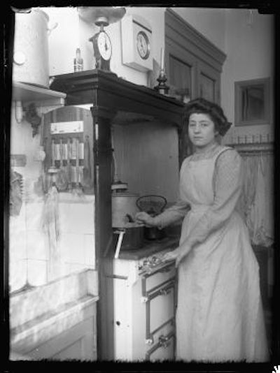 woman cooking (katharina behrend, 1913)