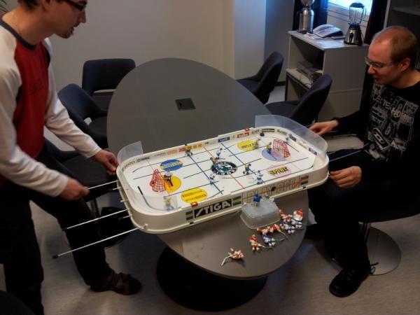 29.3.2012. Ohjaaja ja kuvaaja kaivoivat pöytälätkän esiin jääkiekkoaiheisen päivän kuvituskuvaksi. Pitihän sitä myös kokeilla vähän.
