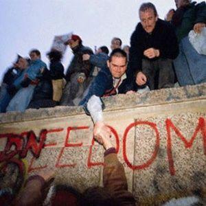Op 9 november 1989 viel de Berlijnse Muur, hét symbool voor de Koude Oorlog en de politieke verdeeldheid in de wereld. Het verval was al op 11 september 1989 flink ingezet, toen de Hongaars-Oostenrijkse grens dankzij West-Duits geld werd opengezet en de DDR leeg begon te stromen. De Val van de Muur is onbetwist een van de meest ingrijpende momenten van de twintigste eeuw.