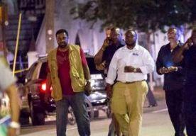 18-Jun-2015 15:25 - SCHIETPARTIJ IN CHARLESTON WAS 'HATE CRIME'. In de Amerikaanse stad Charleston, South Carolina, is nog steeds een klopjacht gaande naar de man die afgelopen nacht negen zwarte kerkgangers doodde in een kerk. Tientallen politieagenten zoeken met honden en helikopters. Wegen en straten zijn afgezet. De politie heeft foto's van de dader verspreid. De politiechef van Charleston spreekt van een 'hate crime'. De politie is op zoek naar een jonge, blanke man van rond de 21...
