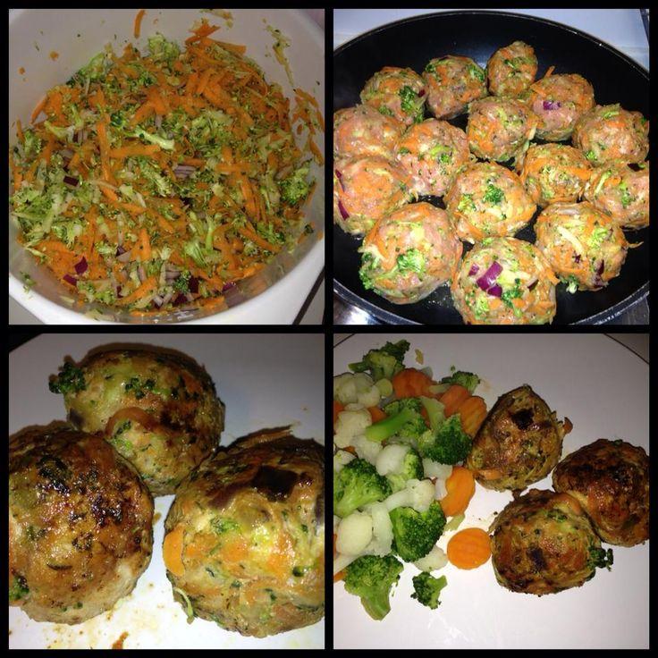 Kyllingefrikadeller med broccoli og gulerødder  2 gulerødder ½ Broccoli med stilk 800 g kyllingefars ½ rødløg 1 spsk timian 1 tsk hvidløgspulver/1 fed hvidløg 1 spsk olivenolie til stegning salt og peber  Serveres evt, kogt blomkål, broccoli og gulerødder.  Gulerødder og broccoli rives på et rivejern rødløg skæres i tern og blandes sammen med broccoli og gulelrødder. Kom timian, hvidløg og salt og peber i samt kyllingefars. - form til frikadeller og steg i olivenolie til de er færdige…