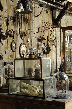 1974, Parigi. Installation inspired by Witchcraft, Voodoo, and Folk Magick! Ispirata dai lavori di Joseph Cornell scoperti quando era adolescente, Maissa Toulet crea collage di oggetti e immagini. …