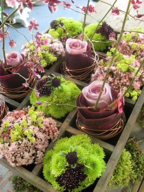 letterbak met levende bloemen