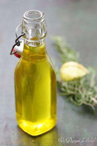 Sirop Romarin Citron bouteille 500 g 500 g eau 330 g suc semoule - 2 br romarin frais zeste 1 citron jaune bio Ebullition 'eau avec sucre pendant 1/4t heure jusqu'à liquide devienne plus dense (il doit diminuer d'un tiers environ, voire plus). Eteindre puis y laisser infuser le romaron et le zeste de citron pendant 1 heure. Retirer le romarin, reporter à ébullition 5 minutes puis verser dans une bouteille. Utiliser dans des gâteaux aux fruits, des smoothies, sur des glaces...