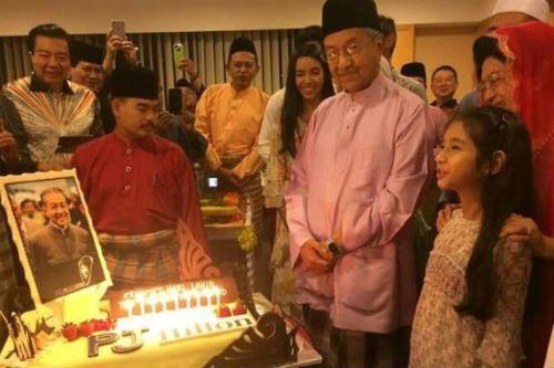 Selamat Hari Lahir Ke-90 Tun Mahathir Mohamad Selamat Hari Lahir Ke-90 Tun Mahathir Mohamad Selamat Hari Lahir Ke-90 Tun Mahathir Mohamad. Semoga sentiasa diberkati dan diredhai hendaknya buat Tun ...