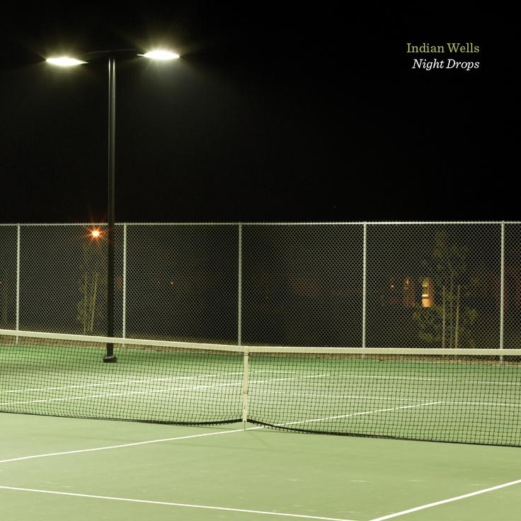 """Night Drops (Bad Panda Records). Un accavallarsi di basse frequenze e interferenze, battiti felpati e luci dell'alba. Musica elettronica fatta in cameretta che sa di Hyperdub ma anche di Dntel, Morr e Apparat, tra campionamenti di suoni ambientali e partite di tennis applicati alla costruzione di piccoli quadretti ritmico/melodici evocativi (""""Deuce"""") ed emozionanti (""""Love Frequencies""""). Non si sa nulla di Indian Wells se non che al disco ha partecipato Matilde Davoli a chitarra e missaggio…"""