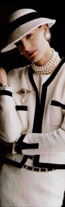 Precioso traje de tweed. Para Mademoiselle Chanel las virtudes de este tejido estaban claras: a pesar de ser robusto, era flexible y esponjoso, y, por tanto, cómodo, lo más importante para ella. En 1924 Coco introdujo los primeros tweeds en su colección que mandaba hacer a una fábrica escocesa.