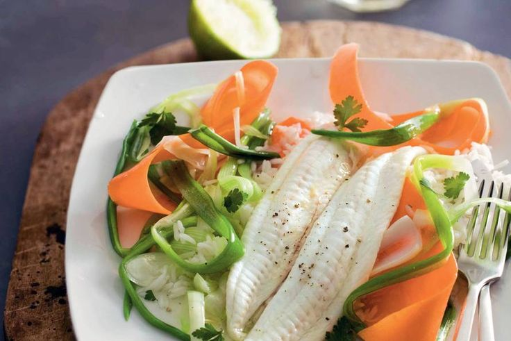 Kijk wat een lekker recept ik heb gevonden op Allerhande! Gestoomde tong met wortel en bosui