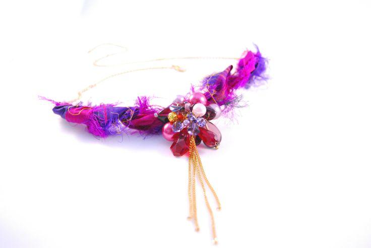 Kurze Kette rot violett gold, Halskette mit Perlenanhänger, Ketten und Sariseide, Kurzkette Tausendundeine Nacht, orientalische Kette von LeoninasPerlentraum auf Etsy