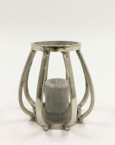 Flott og rustikk Alexandria lysholder. Varen er produsert i formstøpt, nikkelbelagt aluminium.  Mål: Høyde 21 cm Ø bunn 15,5 cm Ø topp 13,5 cm  Materiale: Nikkelbelagt aluminium  Varenummer: 550468