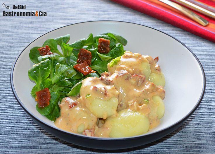 Ñoquis rellenos con salsa de queso de cabra y tomate seco