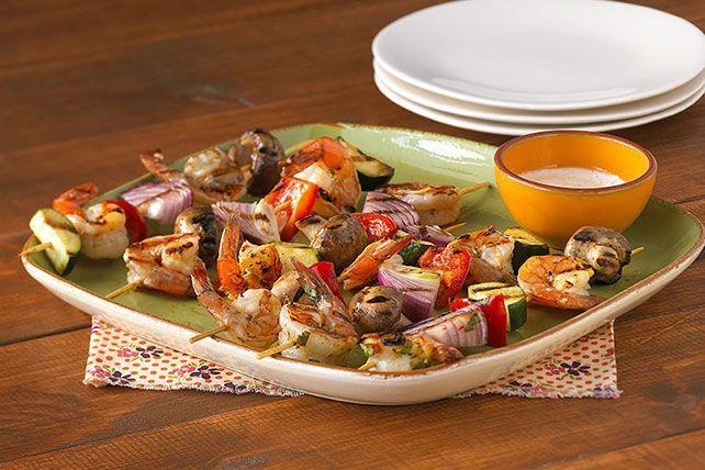 ENFILER les crevettes et les légumes sur 24 petites brochettes de bois (répartir également crevettes et légumes entre les brochettes); placer dans un plat peu profond. Bien mélanger la vinaigrette et la coriandre avec 2 c. à thé de zeste de lime. Verser sur les brochettes; couvrir. Laisser mariner 1 heure au réfrigérateur. Retirer les brochettes de la marinade; jeter la marinade. CHAUFFER le barbecue à feu mi-vif ou chauffer le grilloir. Déposer les brochettes sur la grille graissée du…