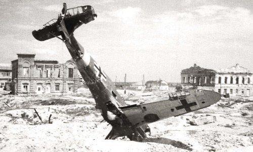 Stalingrad – der schaurige Mythos rund um die Metropole an der Wolga lebt und die lange Reihe der Bücher und Filme wird nun durch eine weitere Produktion ergänzt, die im Winter in die deutschen Kinos kommt. Der unter dem schlichten Titel »Stalingrad « in 3D und auf IMAX gedrehte Film, der zudem mit den neuesten CGI-Effekten arbeitet, erinnert nicht zuletzt dank dieser technischen Möglichkeiten jedoch auf eine noch nie zuvor gezeigte Weise an das dramatische Ringen um die Stadt.
