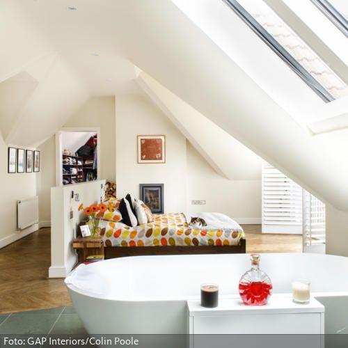Große Räume bereiten experimentierfreudigen Inneneinrichtern viel Vergnügen: Das Bett in der Mitte des Schlafzimmers sorgt für eine besondere Raumstimmung. - mehr auf www.roomido.com