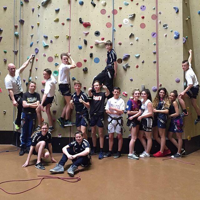 De leerlingen van het #davincicollege kwamen vandaag op bezoek. Lekker aan het klimmen jongens? #ayersrockzoetermeer #klimmen #climbing #indoor #outdoor #activities