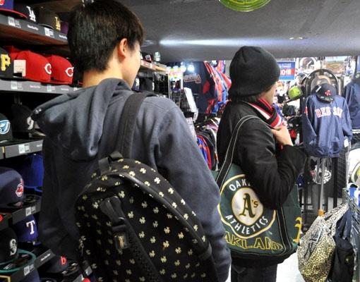 【新宿1号店】 2012年2月9日  写真手前のお客様:エイドリアン様!(ヤンキースのバックパックご購入(^^)/)    写真奥のお客様:ミルウォーキー様!(アスレチックスのトートバック(╹◡╹)) #mlb
