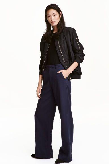Pantalon ample: Pantalon tissé. Modèle taille haute avec pli marqué sur les jambes droites et amples. Fermeture par agrafes. Poches latérales.