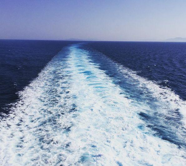 Lokal Turist | Gemiyle yolculuk notları Gemiyle yolculuk konusunda en başlarda ben de biraz tedirgindim. (Evet sizin de öyle olduğunuzu farzederek yazıma devam ediyorum) Bu yüzden 3 gece konaklamalı nispeten daha kısa bir turla ailecek bunu deneyimlemek istedik. İzmir kalkışlı Midilli, Mikonos ve Santorini'ye uğrayarak Yunan adaları turu yaptığımız geziyi biz sevdik. (Bu arada o gezinin yazısı burada.) Öncelikle gemiye …