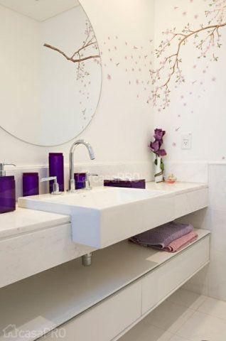 O adesivo de parede dá o toque feminino ao projeto de Mayra Lopes.