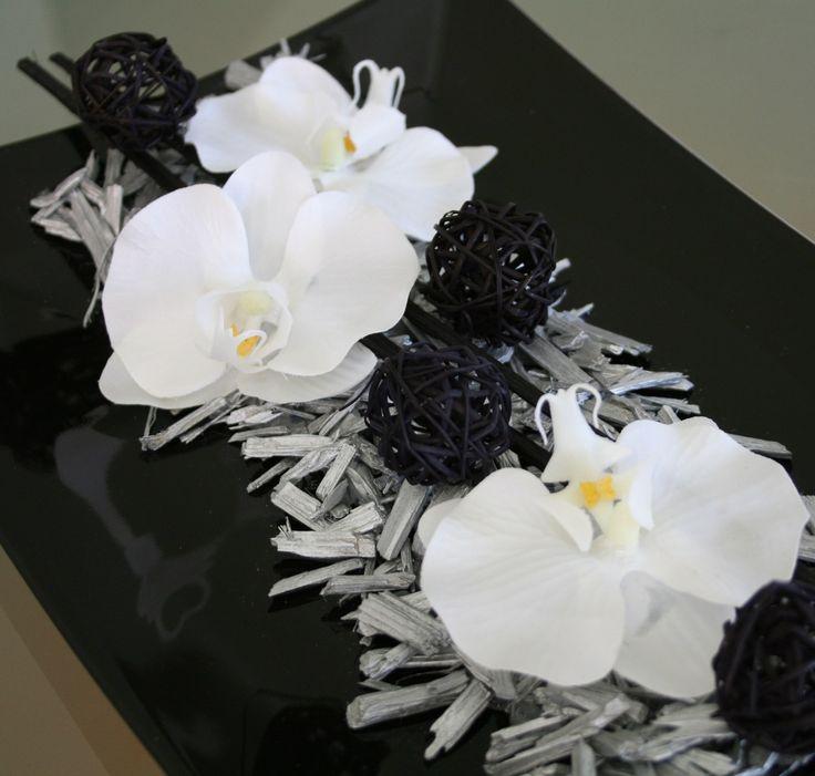 Orchideje ve stříbře Moderní celoročnídekoracenačerném keramickém tácku zdobenálátkovými květyorchidejí, černou sušinou a ratanovými kouličkamiastříbrnými dřívky. Výška dekorace cca5 cm, délka35 cm, šířka21 cm. Na Vaše riziko lze poslat i za 80,-