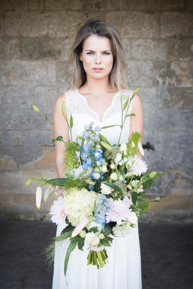 Credit: Kim Hoekstra Fotografie - huwelijk (ritueel), bloem (plant), bruid, mooi, natuur, bruids, zomer, vrouw, jurk, buitenshuis, mode, hoofddeksel, elegant, romantisch, bloemstuk, portret, rozen, huwelijk (burgerlijke staat), bloemen