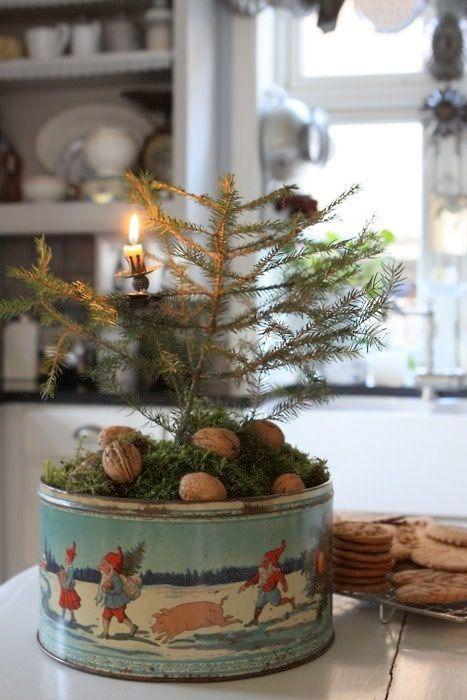 Granris, vita kronljus, hyacinter och kopparbunkar. Det smakfulla hemmet är redo för advent och jul.