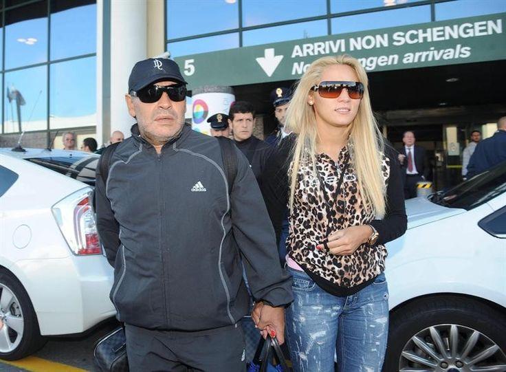 O ex-jogador de futebol argentino Diego Maradona e sua namorada, Rocio Oliva, desembarcam em Milão, na Itália - http://epoca.globo.com/tempo/fotos/2013/10/fotos-do-dia-17-de-outubro-de-2013.html (Foto: EFE/Daniele Mascolo)