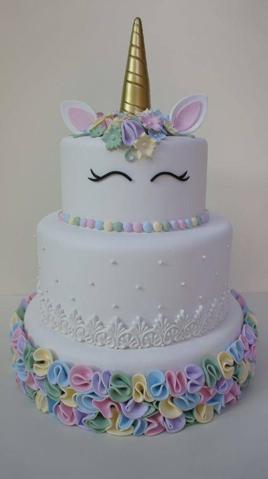 Entre as últimas tendências, o unicórnio. E como uma boa temática para festas, não pode faltar o bolo de unicórnio combinando com o estilo da decoração.