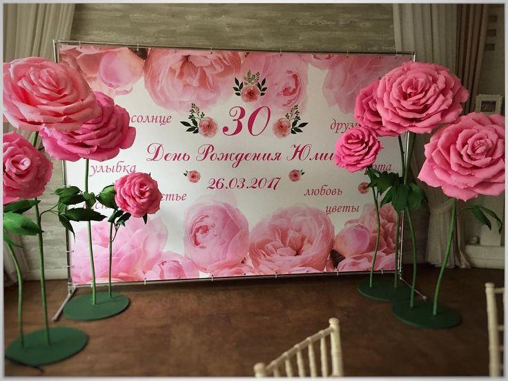 Стена из бумажных роз