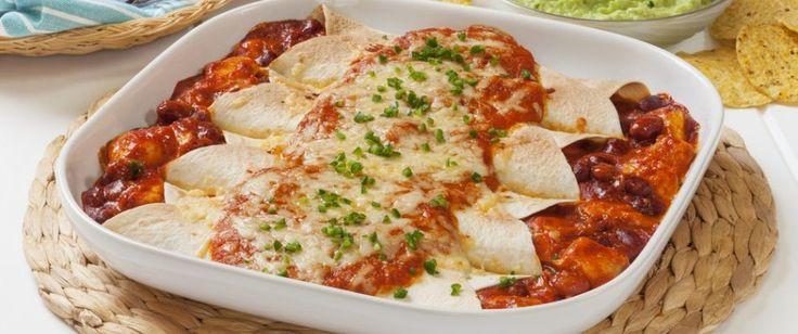 La enchilada è un piatto caratteristico della cucina messicana. Si tratta di una o più sfoglie ripienecondite con una gustosa salsa piccante, quindi servite come secondo piatto, piatto unico o persino street food. Per preparare 10 sfoglie con ripieno di fagioli, patate e spinaci al pomodorooccorrono: - 10 sfoglie di farina di grano - 500g di fagioli - 250g di patate - 250g di spinaci - 8 pomodori - 2 peperoni - 2cipolle - 5 spicchi d'aglio - un lime - olio extravergine di oliva - sale ...