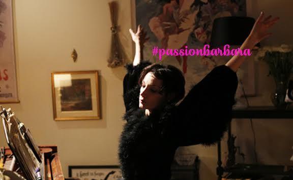 C'est un hommage poignant à l'une des plus grandes chanteuses françaises du siècle. Loin d'être un biopic, Barbara nous offre à voir la sensibilité infinie, le charme et le côté dark de la Grande Dame Noire. Réalisé par Mathieu Amalric et incarné avec brio par son sosie non officiel Jeanne Balibar, cette balade nous transporte avant tout dans un incroyable duo chanteuse/actrice au son de morceaux inoubliables (Göttingen, Du bout des lèvres...). Nos 3 bonnes raisons de réserver sa place.