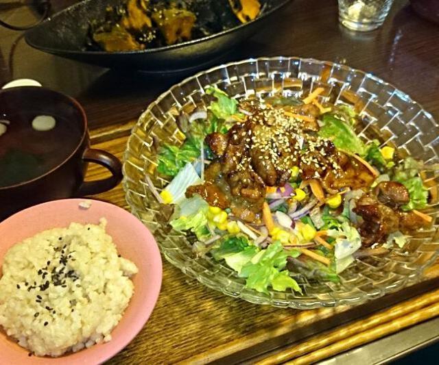 最近ワンポイントあるサラダが好き(豚肉、サニーレタス、レッドオニオン、ニンジン、コーン)、お吸い物は宅配寿司の付録品。 - 6件のもぐもぐ - ※授乳中※焼き肉サラダ、カボチャと昆布の煮物、お吸い物、玄米 by yukatsuru
