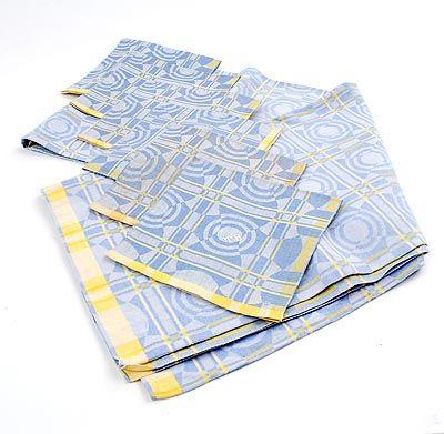 In lichtblauw en geel uitgevoerd damasten tafelkleed 184 x 128 cm met 6 vingerdoeken 40 x 40 cm Mozaïek ontwerp Chris Lebeau 1932 uitvoering E.J.F.van Dissel Zn Eindhoven