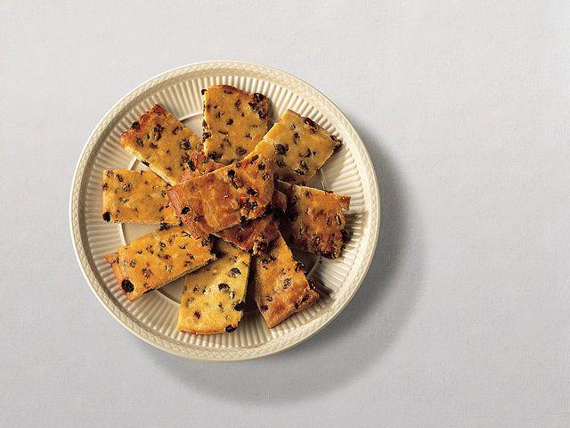 Tatlı Bisküviler Kuru Üzüm ile  Fırını 350 derecede ısıtın. Elektrikli miksere kısa kürek aparatını takarak un, şeker, kabartma tozu ve tuzu düşük derecede karıştırın. Karışıma tereyağıını da ekleyerek iyice karıştırın. Makine çalışırken içine yumurta sarısını da ekleyin ve karıştırmaya devam edin. Son olarak da kuru üzümleri ekleyin ancak çok kısa…