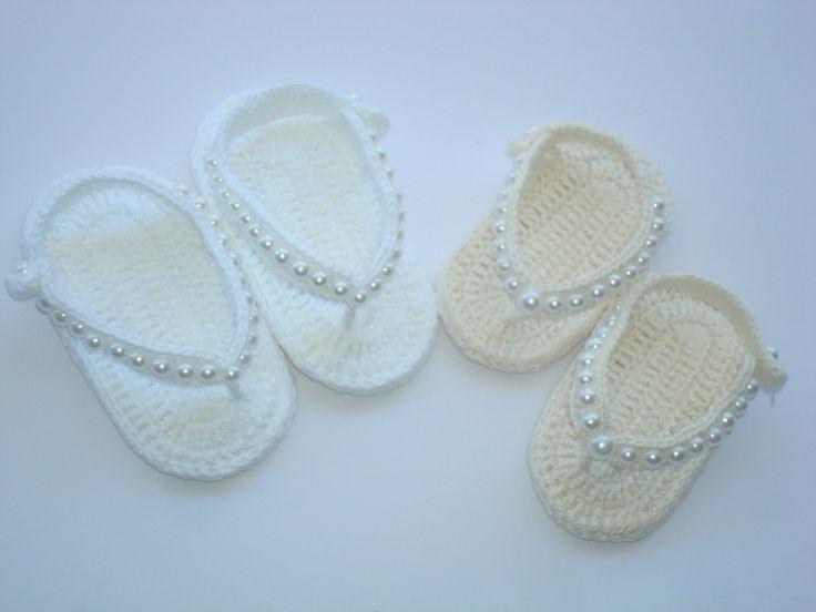 sandálinhas feitas a mão de crochê  material;linha 100% algodão.  1 na cor;branca  1 na cor ;creme  tamanho;8 cm de comprimento para bebe de 0 a 2 meses,para outros tamanhos e cores entre em contato.