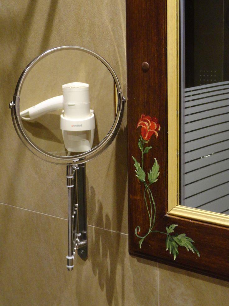 Λεπτομέρεια από τους καθρέπτες στα μπάνια των δωματίων του Hotel Rodovoli. (Konitsa, Epirus, Greece)