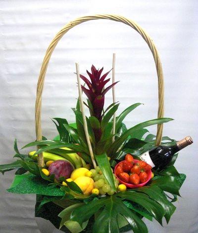 Si buscas una cesta en oferta, esta, compuesta por fruta y vino, es la que buscas.