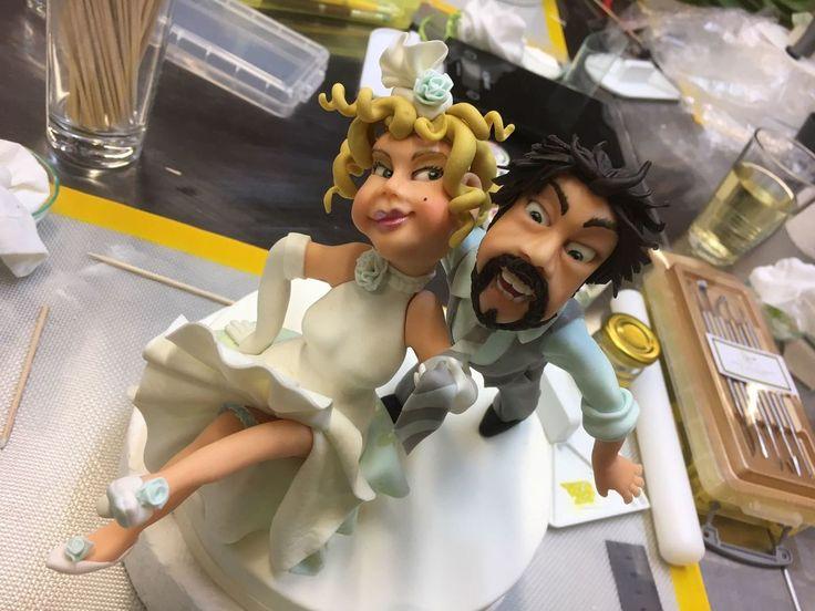 """Viele #Hochzeitstorten ziert ein #Brautpaar. Sehr schön sind individuelle Figuren aus #Marzipan. Der Konditormeister von Café & Konditorei Held in #Bad_Wiessee hat sich in einem speziellen Modellierkurs für """"Brautpaare auf Hochzeitstorten"""" weitergebildet. Seine Figuren sind so individuell wie die Menschen selbst: klassisch, lustig, zeitgenössisch oder modern. Einblicke in den Modellierkurs gibt´s hier. www.cafe-konditorei-held.de/motivtorten"""