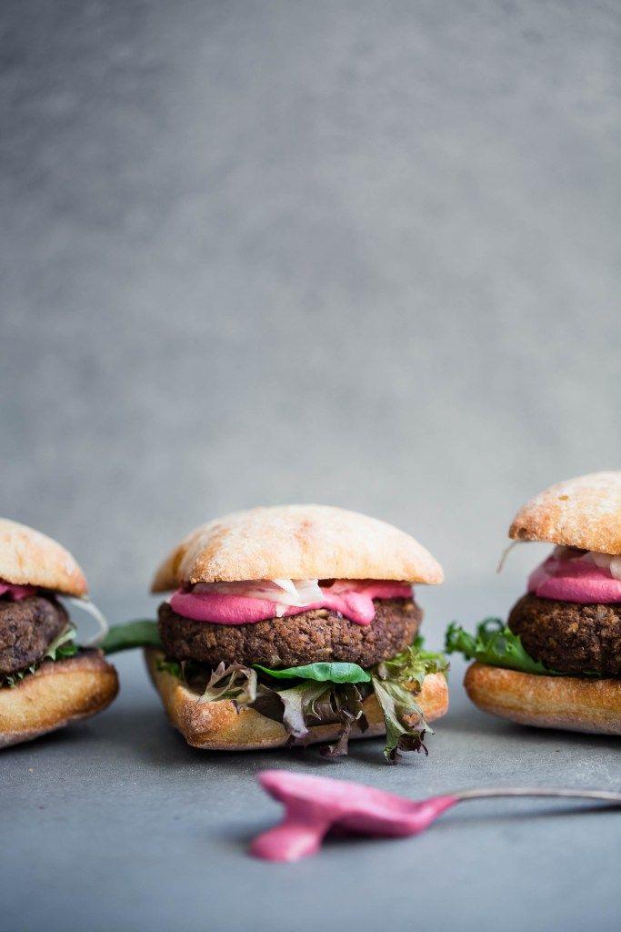Burger aux Champignons et Haricots Noirs   Crème de Betteraves & Fenouil Mariné