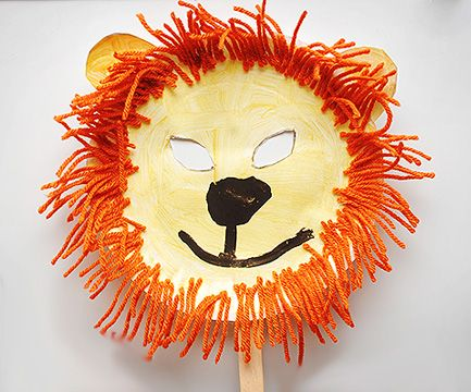Maschera da leone con piatti carta