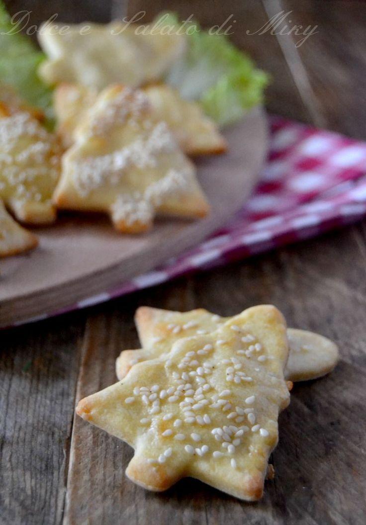Alberelli salati al parmigiano, biscotti salati al gusto di parmigiano, ottimi salatini da offrire con l'aperitivo aspettando il Cenone della Vigilia di Na