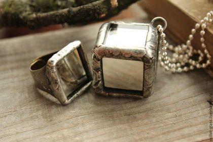 Купить или заказать Комплект 'Артефакт' стекло в интернет-магазине на Ярмарке Мастеров. Кулон и кольцо из настоящих зеркалец. Оправка - олово и серебром (5%). Цепочку можно заменить на шнурок или другую цепочку. Достаточно занятное, не обычное украшение. Похоже на какое-то древнее устройство ))) Можно купить отдельно : кольцо 450 кулон 1200 Так же можно сделать серьги, брошь, браслет.