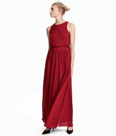Strl 34. Mørk rød. lang kjole i luftig chiffon som er plissert øverst.