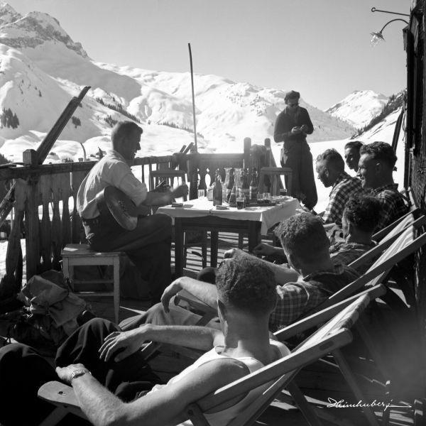 Einkehr im Holzgauerhaus bei der Skitour zum Biberkopf, 1938. Jetzt nostalgische Bergbilder mit Hütten, Menschen und Tieren entdecken und bestellen!