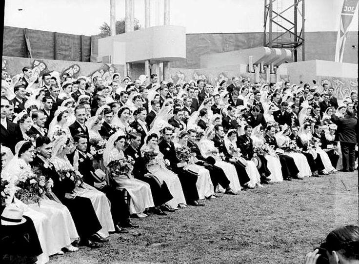 1939 Stade DeLorimier à Montréal, lors de noces collectives organisées par le Mouvement des Jeunesses ouvrières catholiques, Fonds Conrad Poirier, P48.S1.P3711