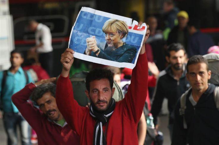 Kanselir Jerman Akui tidak Sesali Keputusannya Terima Jutaan Pengungsi  Seorang pengungsi mengangkat poster Kanselir Jerman Angela Merkel. (Foto: NBC News)  SALAM-ONLINE: Dalam sebuah sesi wawancara Kanselir Jerman Angela Merkel mengaku tidak menyesali keputusannya dua tahun lalu ketika dia memutuskan menerima jutaan pengungsi dan pencari suaka memasuki Jerman.  Menurutnya keputusan melawan arus itu didasari pertimbangan kemanusiaan yang sepatutnya dimiliki oleh seorang pemimpin negara…